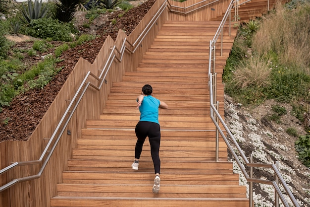 Femme, courant, bleu, chemise, escalade, bois, escalier