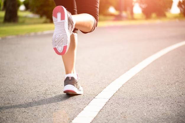 Femme, courant, côté route step, run et concept d'exercice en plein air.