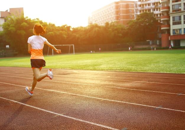 Femme courant dans un circuit de sport