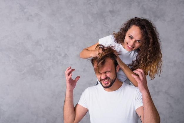 Femme, courant, doigts, par, cheveux homme