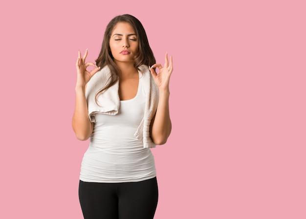 Femme courbée fitness jeune corps complet effectuant l'yoga
