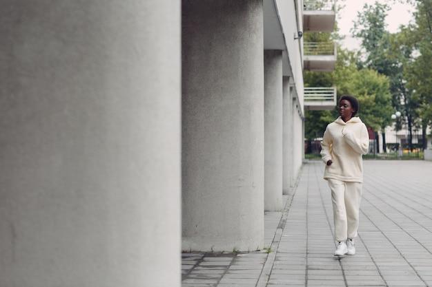 Femme de coureur afro-américaine en sweat à capuche jogging en plein air