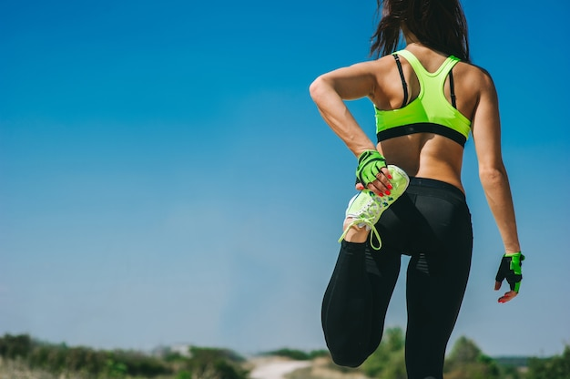 Femme coureur échauffement avant de faire un jogging