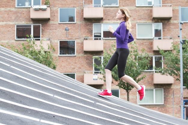 Femme courir au parc superkilen à copenhague