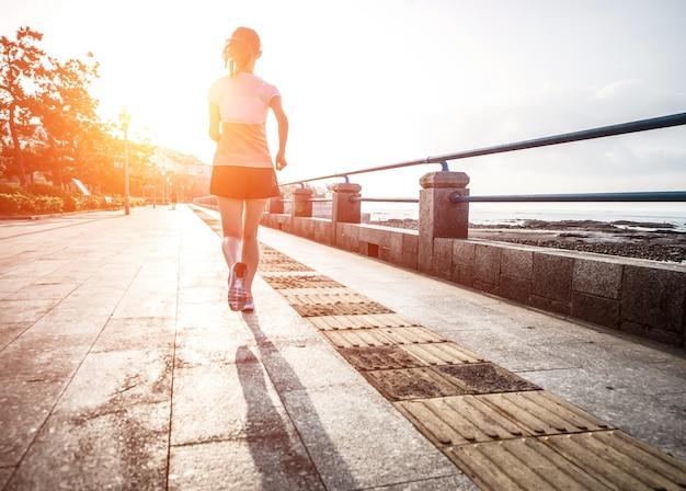 Femme courir au soleil