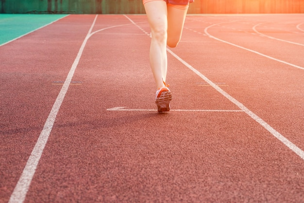 Femme courir sur une piste sportive