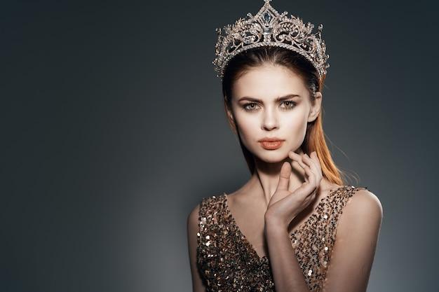 Femme avec couronne sur la tête princesse glamour décoration modèle de luxe