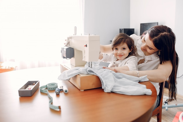 Femme cousant sur une machine à coudre