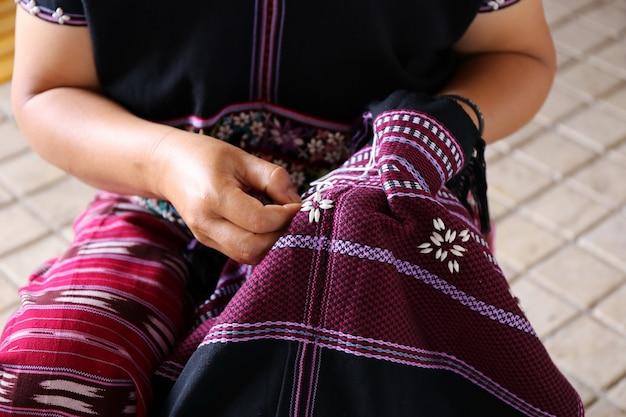 Femme cousant à la main, thaïlande