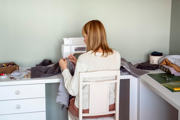 Femme couture dans un lieu de travail sur mesure