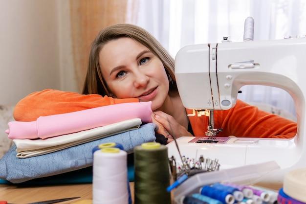 Femme couturière au repos, travail de finition
