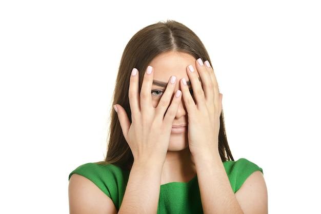 La femme a couvert son visage et a regardé à travers ses doigts