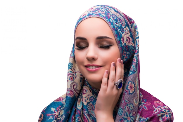 Femme en couverture musulmane traditionnelle avec anneau