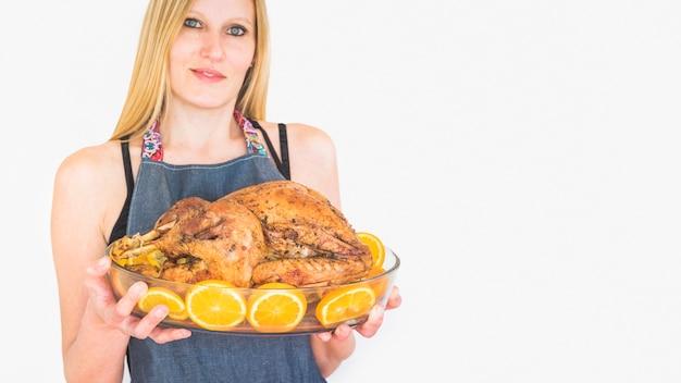 Femme en couverture salope avec dinde au four en verrerie