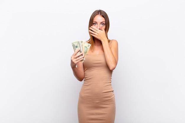 Femme couvrant la bouche avec les mains avec une expression choquée et surprise, gardant un secret ou disant oups