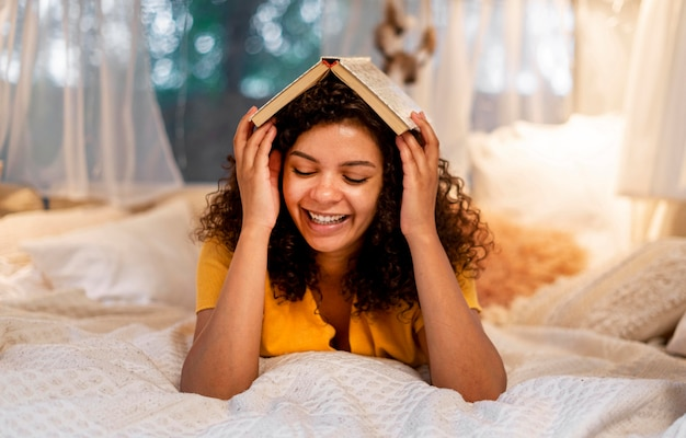 Femme couvrant sa tête avec livre