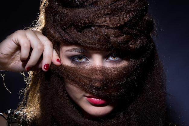 Femme couvrant le visage avec les cheveux