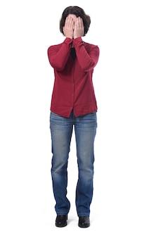 La femme couvre son visage avec sa main
