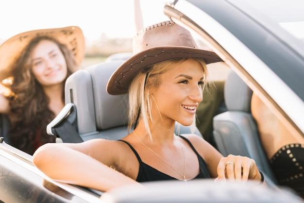 Femme, cow-boy, chapeau, séance, voiture