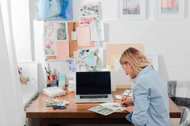 Femme créative, travail, coup moyen