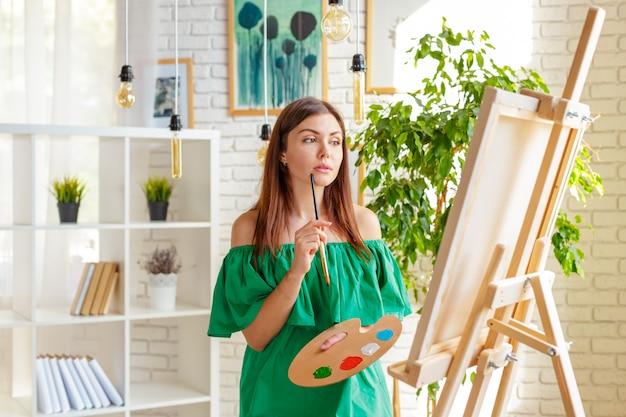 Femme créative travaillant dans un studio d'art