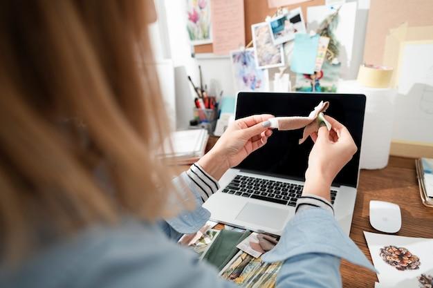 Femme créative travaillant avec du tissu