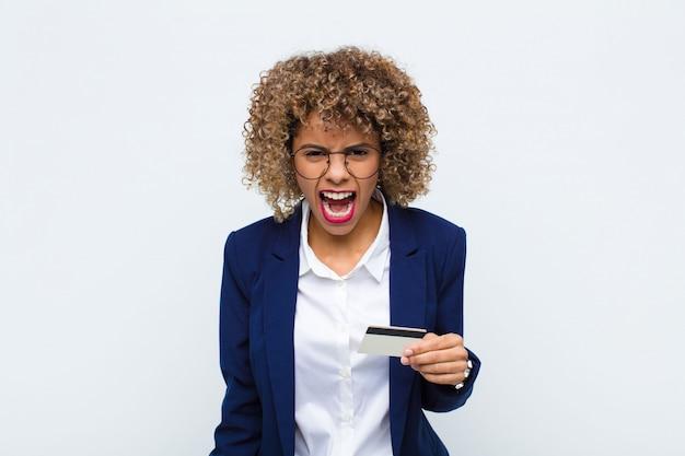 Femme criant agressivement, l'air très en colère, frustrée, outrée ou ennuyée, criant non