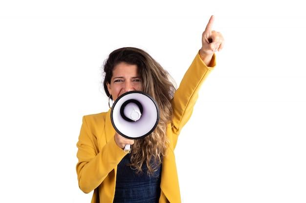 Femme criant sur un mégaphone.