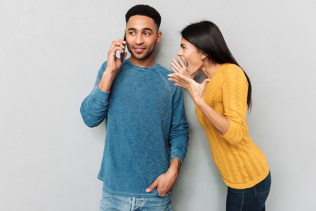 Femme criant à son mari au sujet du téléphone