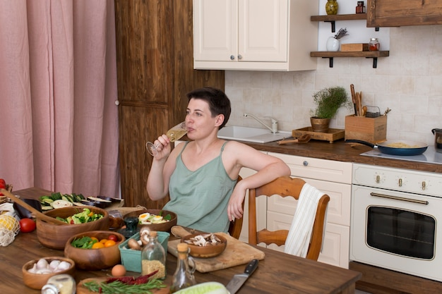 Femme cuisinant des aliments sains dans la cuisine