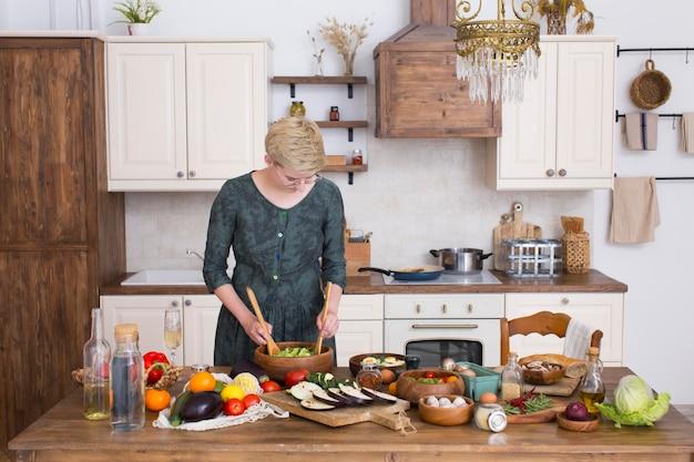Femme cuisinant des aliments sains à la maison