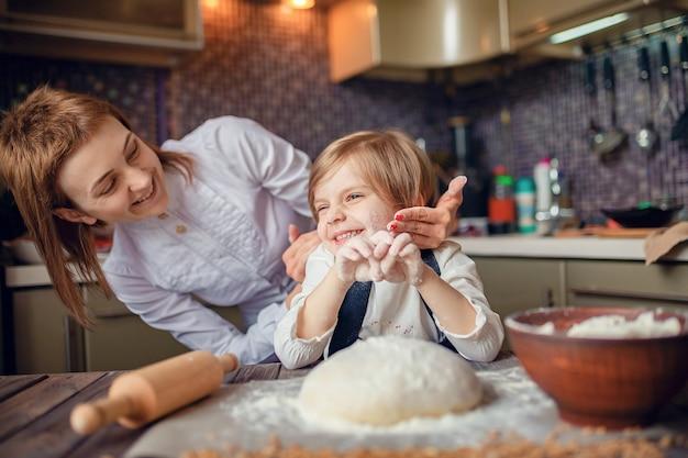 Femme, cuisine, amusement, petite fille