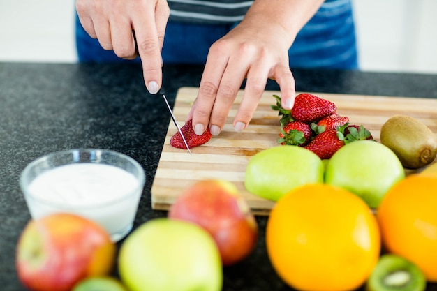 Femme, cuisine, couper, fruits, planche planche