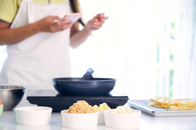 Femme cuisine en cuisine