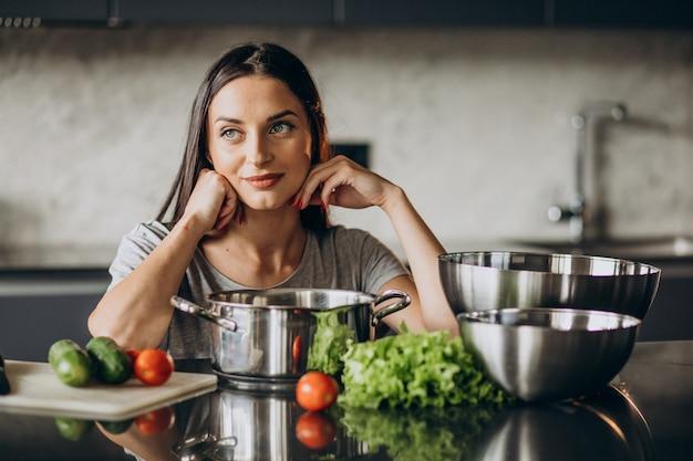 Femme cuisine le déjeuner à la maison
