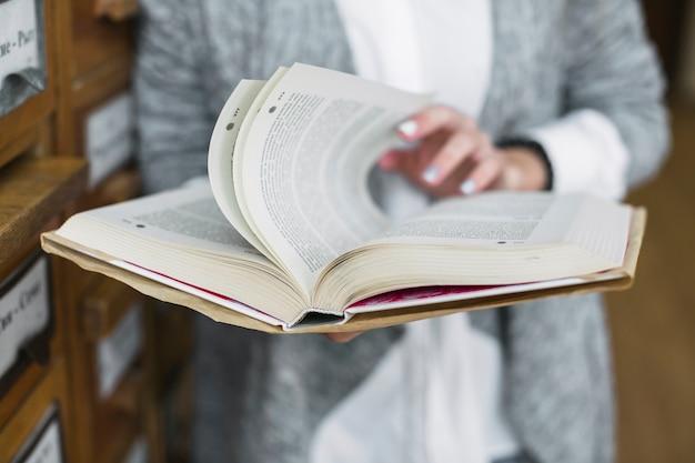 Femme culture feuilletant des pages de livre
