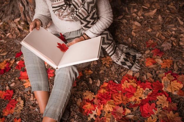 Femme de culture lecture sur terrain d'automne