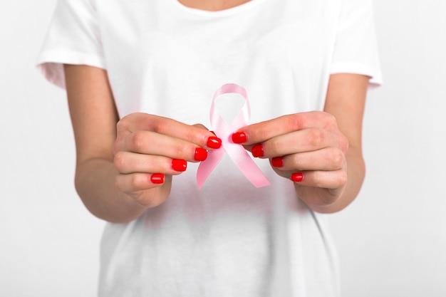 Femme de culture montrant le ruban de cancer du sein