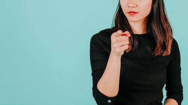 Femme de culture pointant à la caméra