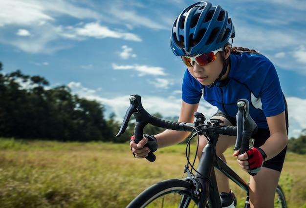 Femme cyclisme en plein air des pistes cyclables