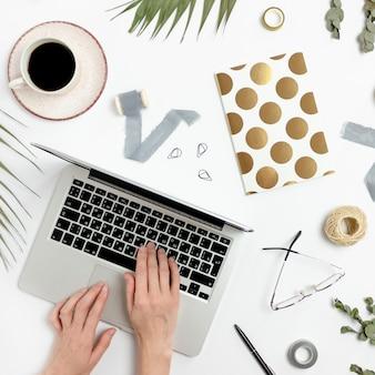 Femme, dactylographie, sur, ordinateur portable
