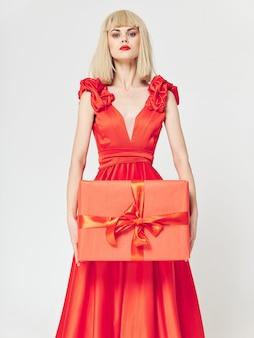 Femme dans une belle robe avec boîte-cadeau
