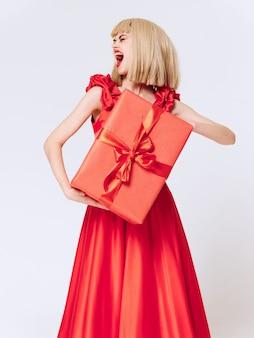 Femme dans une belle robe avec espace de boîtes de vacances cadeau, vente et célébration