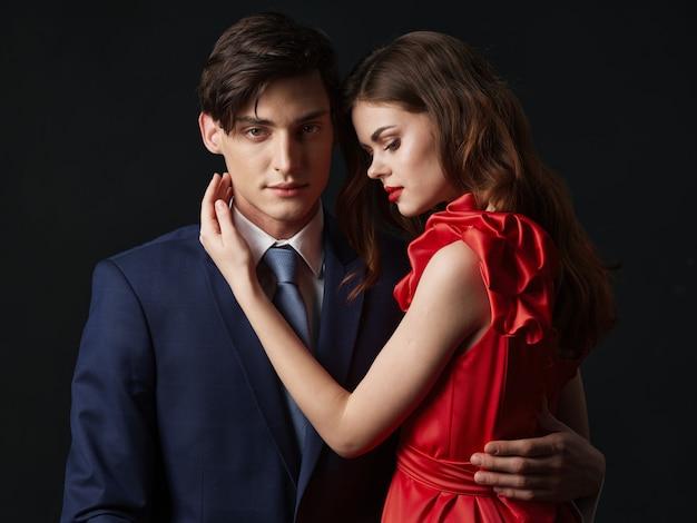 Femme dans une belle robe avec un homme embrasse un couple de vacances, beau portrait d'un couple sexy