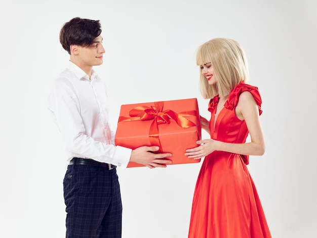Femme dans une belle robe avec un homme embrasse un couple de vacances, de belles personnes