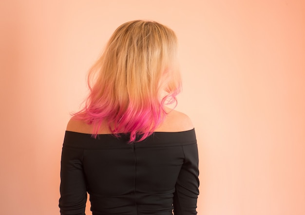 Femme dans une belle robe de soirée. belle jeune fille au bal. célébrer un anniversaire ou un bal. belles adolescentes marchant en robe de bal. fille avec une coiffure rose en robe de bal