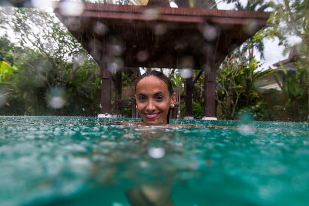 Femme dans une belle villa avec piscine