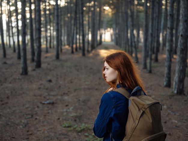 Femme dans les bois à pied voyage en plein air