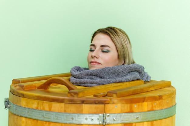 Femme, dans, cèdre, spa, baril, corps, rajeunissement, et, relaxation, sauna