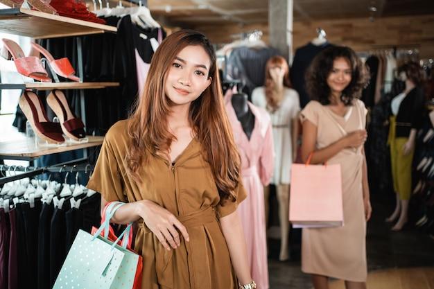 Femme dans le centre commercial de la mode
